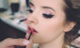 Receitas e Dicas de Beleza | Canal Ligados nas Dicas - A close up of a woman with a toothbrush in her mouth - Make-up artist