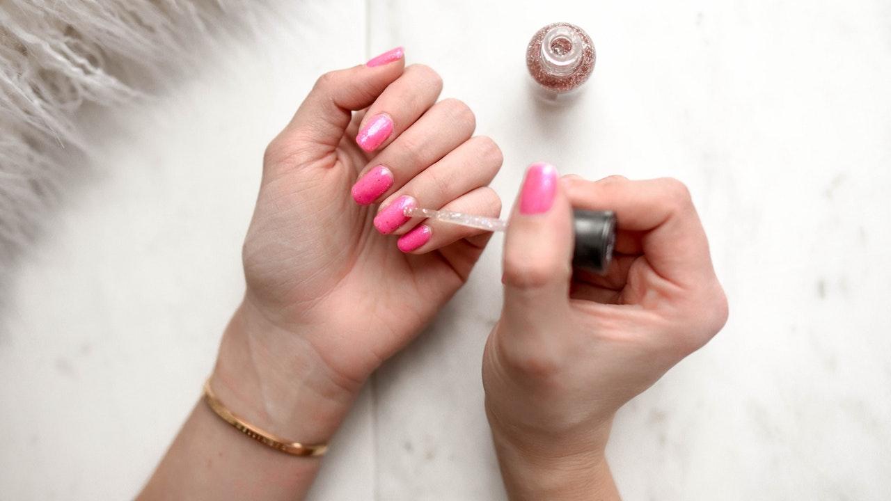 Pintar as unhas sem manchar os dedos